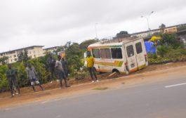 ABIDJAN : Un mini bus finit sa course dans un jardin de fleurs