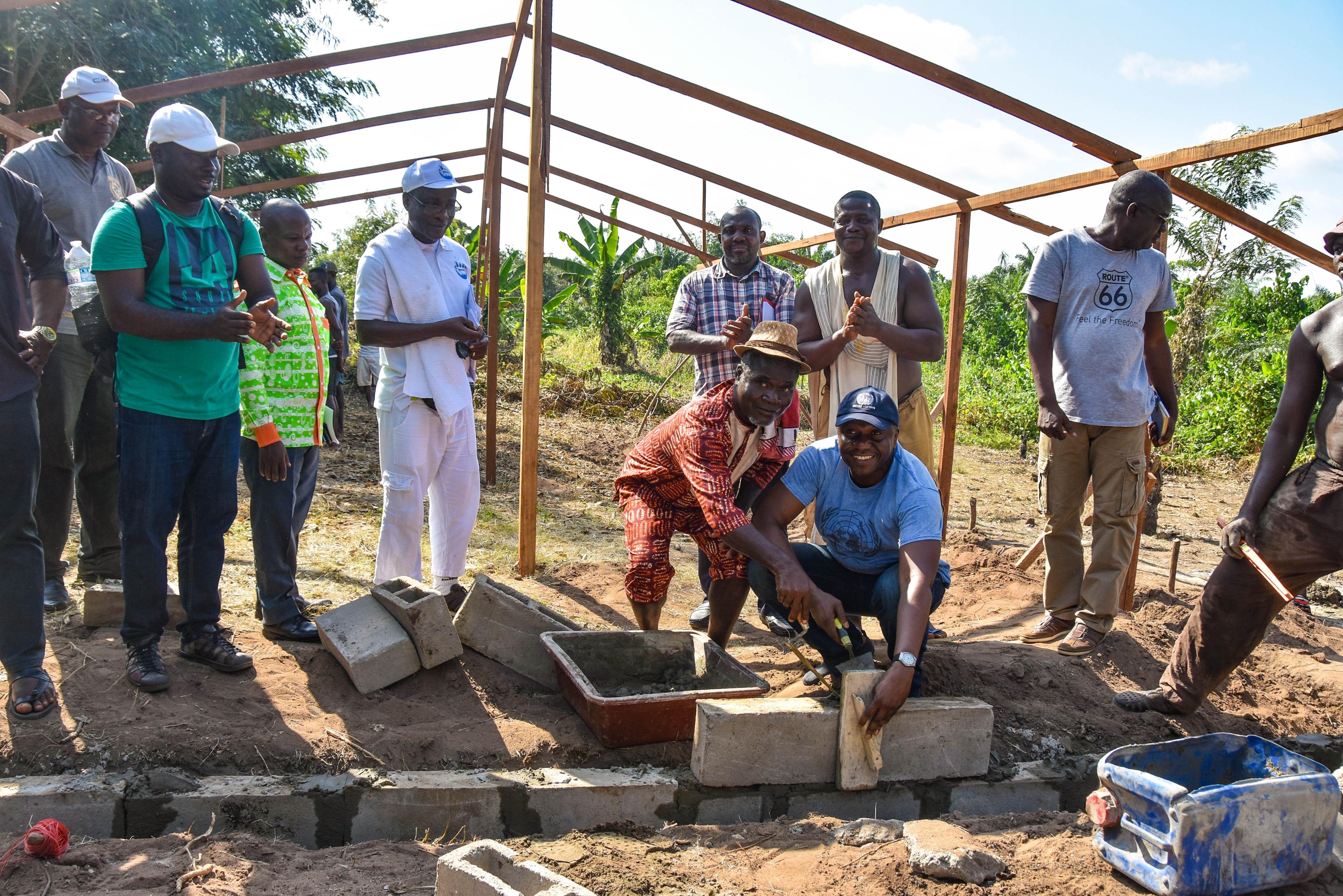 Pose de la première pierre de la ferme avicole de Mani par la Convention d'Abidjan_crédit_Brice DELAGNEAU